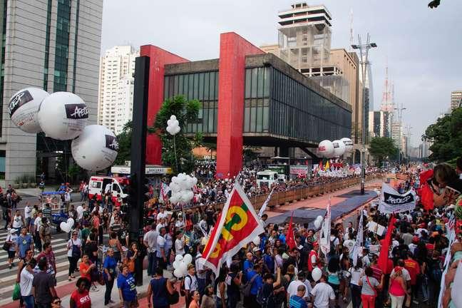Professores estaduais continuam greve. Em manifestação desta sexta-feira, a Avenida Paulista ficou bloqueada nas duas faixas