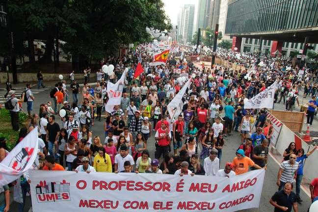 Professores estaduais continuam greve e bloqueiam Paulista