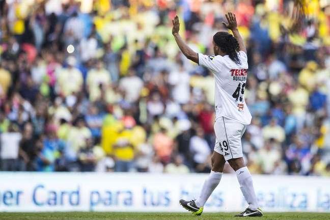 Ronaldinho foi ovacionado pela torcida rival