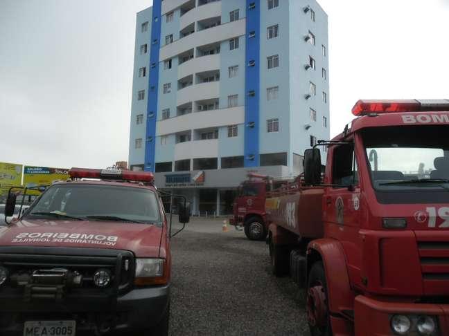 Incêndio atingiu depósito de materiais de construção no bairro Bom Retiro, zona norte de Joinville, Santa Catarina
