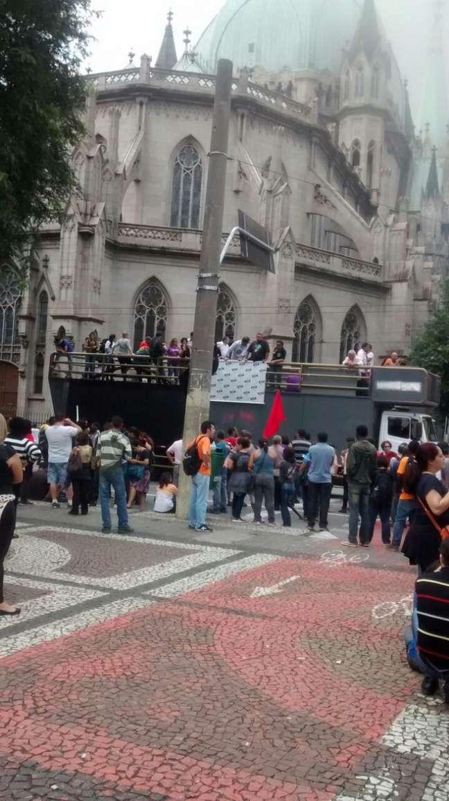 Manifestantes se reúnem na Praça da Sé
