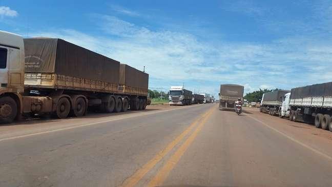 Caminhoneiros fazem fila na BR-364, em Rondonópolis, no Mato Grosso