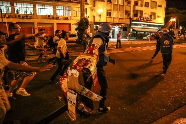 Confusão na Paulista: black blocs atacaram equipes de imprensa durante infiltração nos protestos de professores em greve da rede estadual