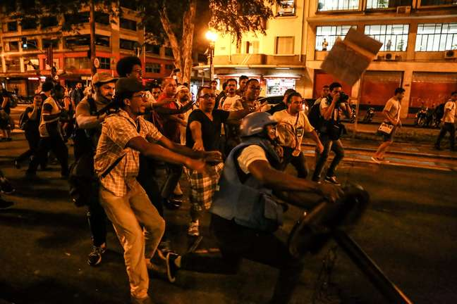 Jornalistas da Rede Globo e SBT foram atacados nesta sexta-feira