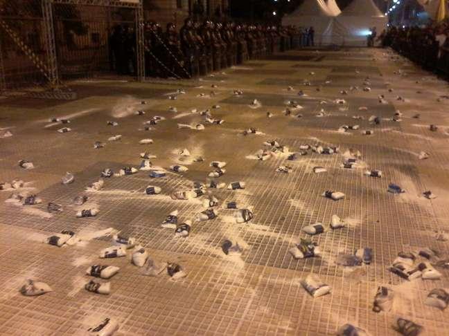 """Ao final do ato, os docentes criaram uma """"muralha"""" com sacos de sal em frente ao prédio da Secretaria da Educação"""
