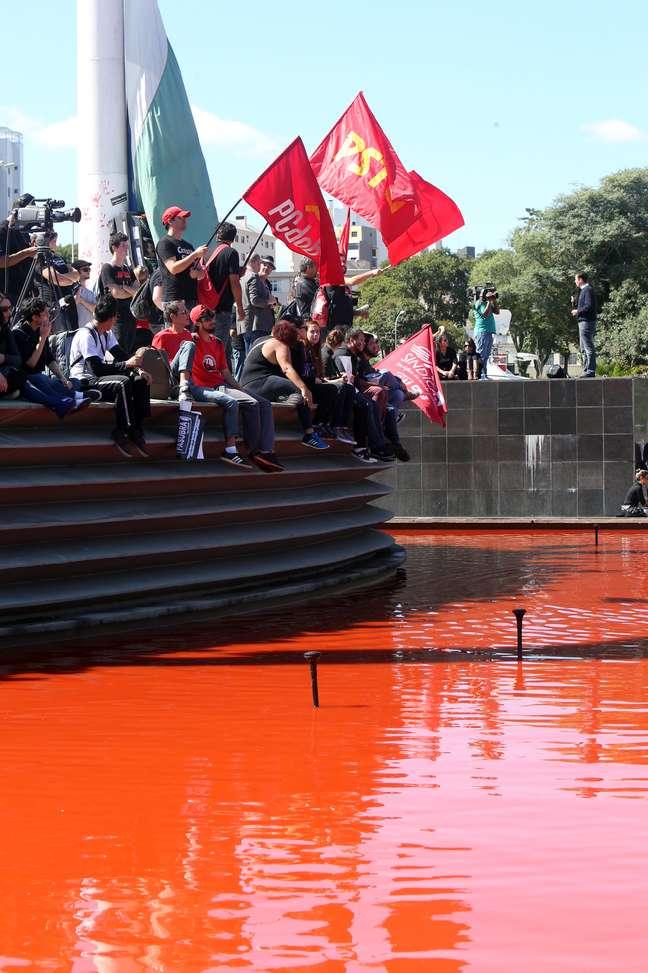 Manifestantes jogaram tinta vermelha em fonte no centro de Curitiba