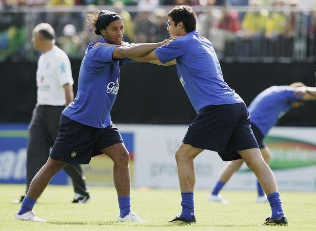 Kaká e Ronaldinho em treino da Seleção para a Copa de 2006: admiração e conselho para jogar nos Estados Unidos
