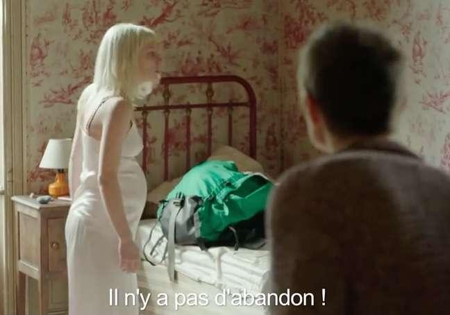 """Cena do filme em que a personagem Melody, barriga de aluguel, questiona como poderia abandonar seu bebê. A mãe biológica, Emily, insiste em que """"não há abandono"""" (il n'y a pas d'abandon, em francês)"""