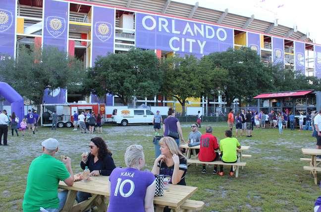 Área externa ao estádio é bem utilizada