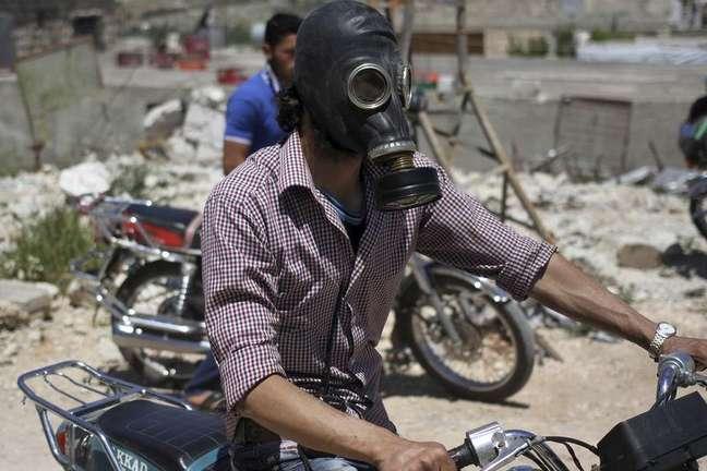 Homem usa máscara protetora depois de um suposto ataque com gás cloro na aldeia de Kansafra, na região de Idlib, na Síria, em 07 de maio de 2015