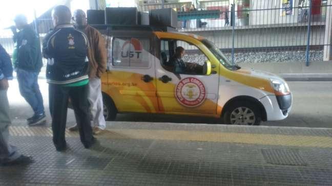 Carro de som visto no terminal Grajaú na manhã de hoje anunciava a paralisação prevista para esta terça-feira