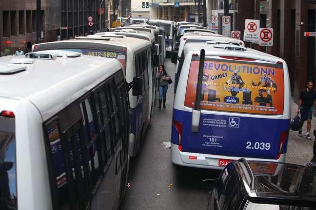 Ônibus ficaram estacionados na rua Boa Vista