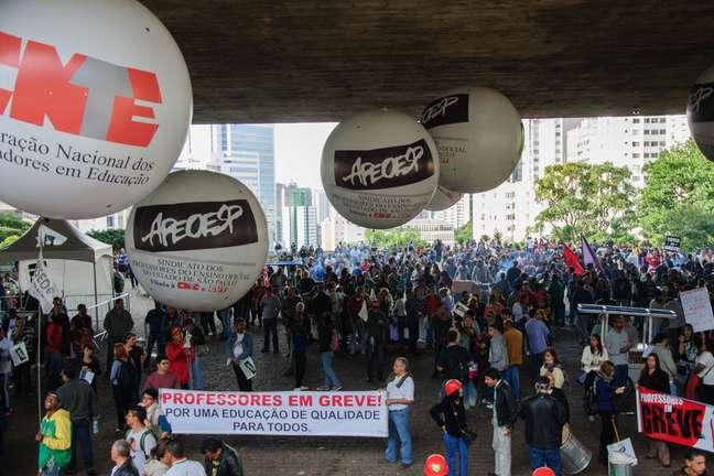 Professores ocuparam a avenida Paulista na tarde desta sexta-feira e decidiram continuar em greve