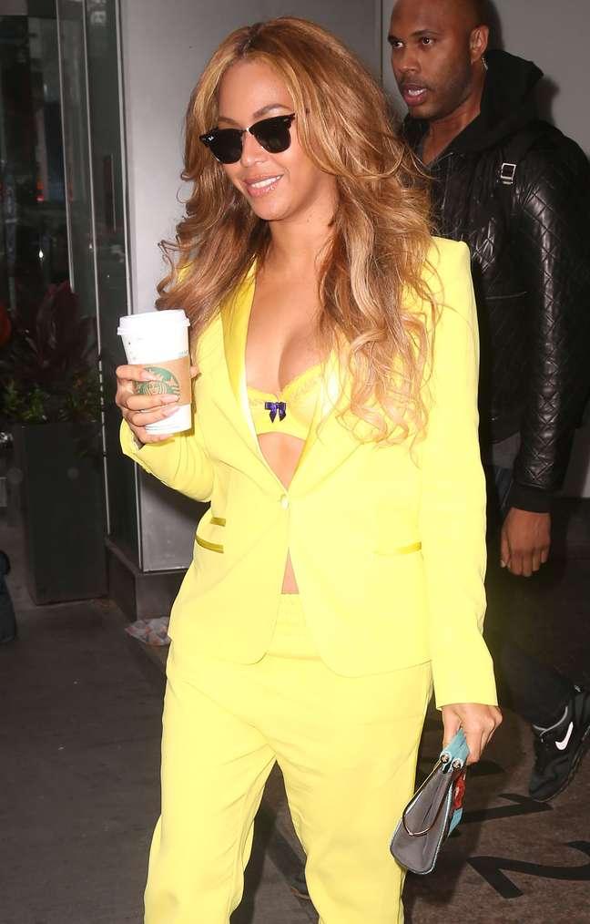 Decotada, Beyoncé apareceu sorrindo no começo