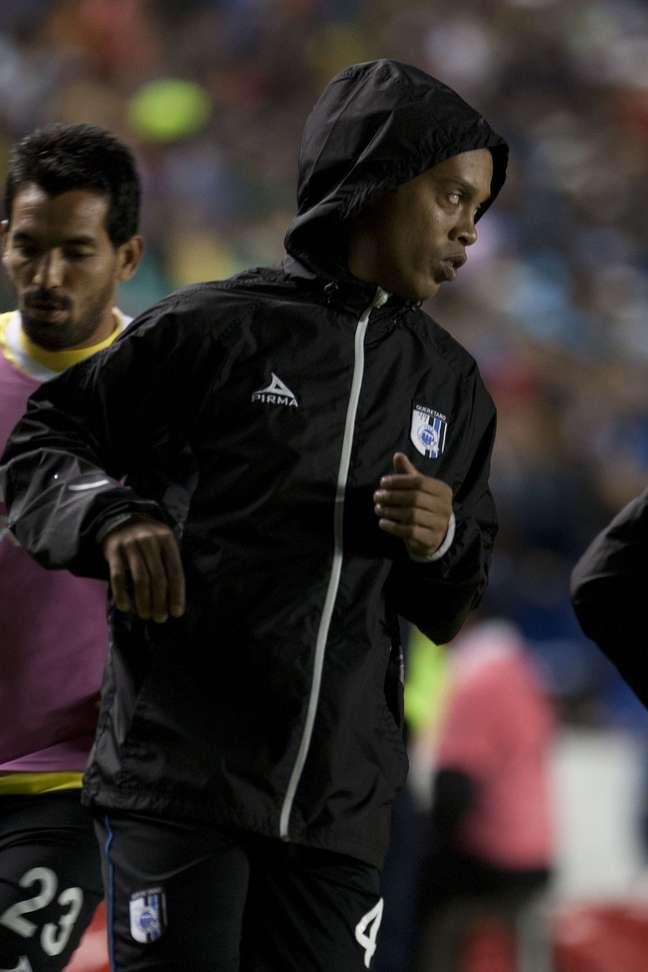 Ronaldinho aqueceu, mas não saiu do banco na vitória por 2 a 0 do Querétaro
