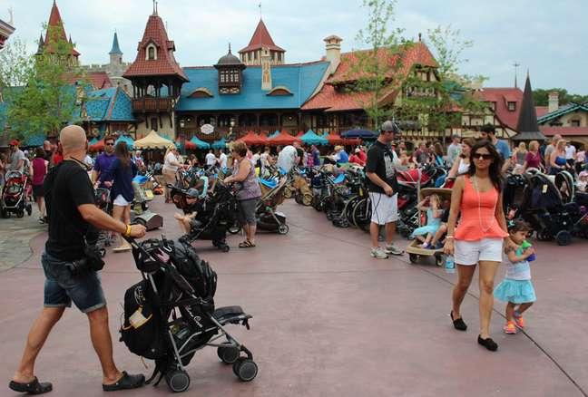 Um dos grandes espaços para o estacionamento de carros de bebê do Magic Kingdom, cena que repete em outros parques