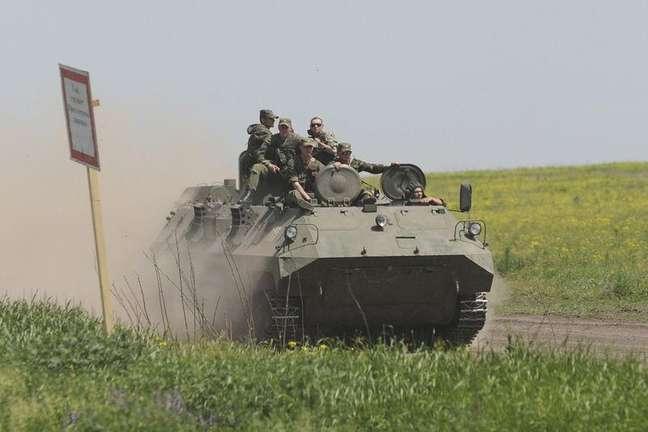 Homens vestindo uniformes militares durante exercícios no campo de treinamento Kuzminsky, na fronteira entre Rússia e Ucrânia, nesta semana. 25/05/2015