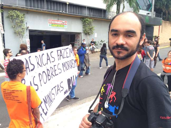 Sérgio Silva, de 33 anos, vítima de violência policial nos protestos de 2013, foi à Marcha das Vadias hoje fotografar o evento