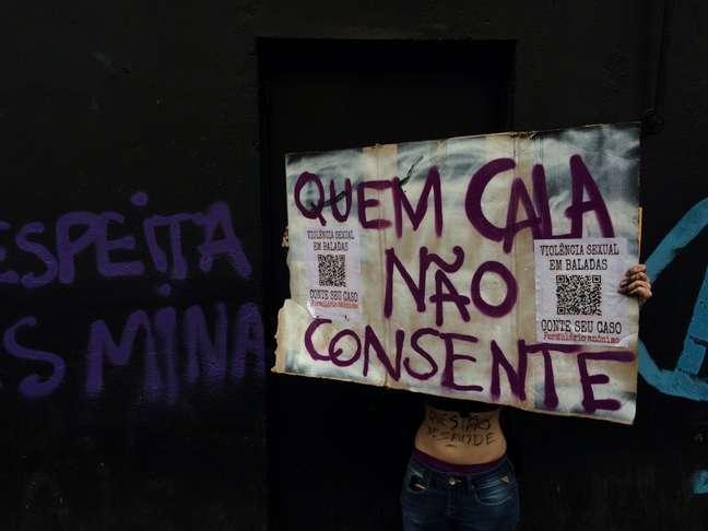 Muro de boate pichada na rua Augusta por manifestante; local teria tido caso recente de estupro, o que acabou arquivado pela polícia