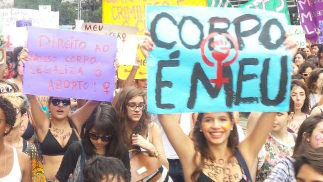Manifestantes percorrem a Avenida Paulista, em São Paulo, na Marcha das Vadias