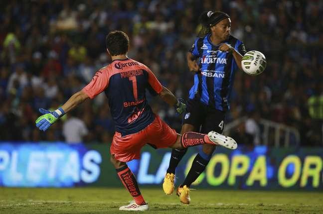 Ronaldinho roubou a bola do goleiro no ar e fez o gol. Mas o lance foi anulado