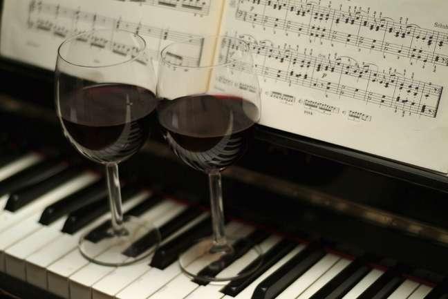 Segundo estudo, música e iluminação dos ambientes também interferem no gosto da comida