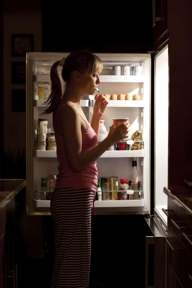 Pessoas cansadas também sofrem maior estresse emocional e buscam conforto na comida