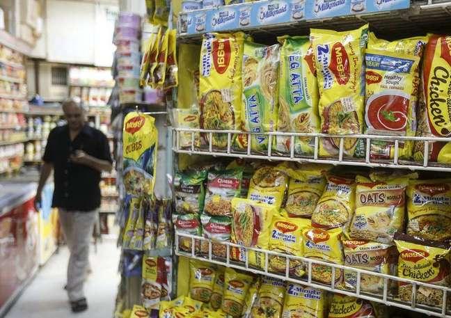 Pacotes de macarrão Maggi, da Nestlé, em mercado de Mumbai. 04/06/2015