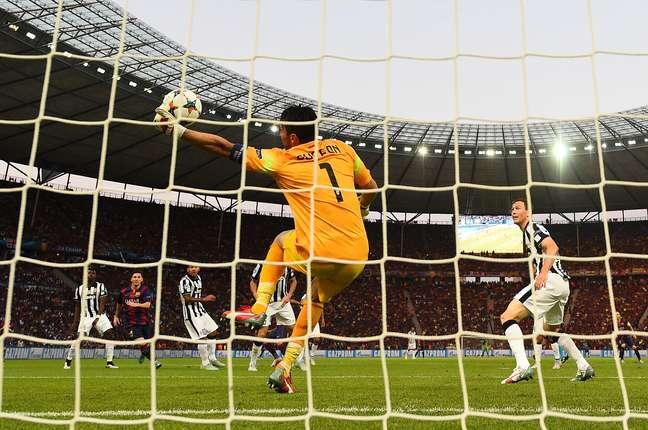Buffon salva Juventus em lance de Daniel Alves no primeiro tempo