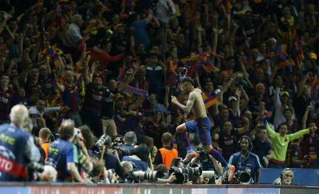 Neymar comemora terceiro gol