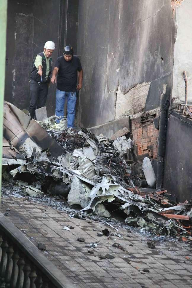 Peritos analisam destroços do avião