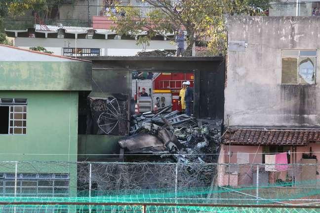 Avião atingiu o telhado e parte do muro de uma casa
