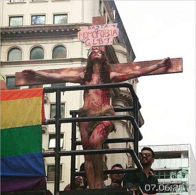 """Imagem da cena de Vivyane; placa levava a mensagem """"Basta de Homofobia"""""""