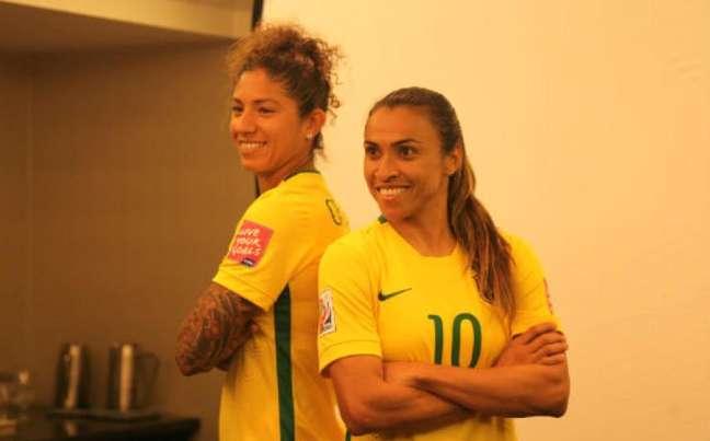 Cristiane e Marta posam com uniforme exclusivo da Seleção feminina