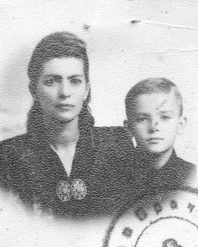 Victor e a mãe durante retirada do visto de entrada no Brasil