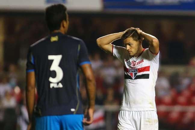 Zagueiro é titular absoluto, mas zaga do São Paulo não tem sido segura