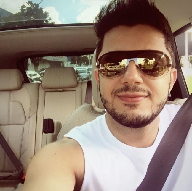 Cantor sertanejo Cristiano Araújo posta selfie no carro