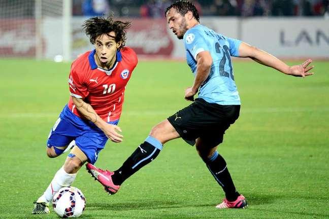 Se não brilhou na final, Valdivia teve grande atuação em outros jogos - contra o Uruguai (foto) foi o melhor em campo
