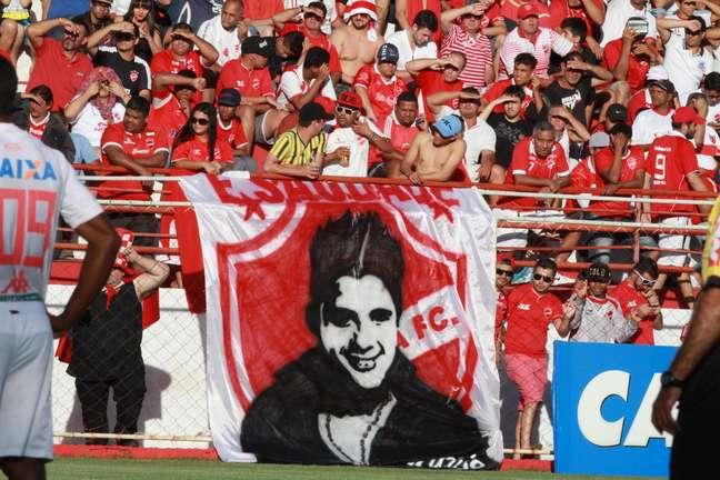 Torcida do Vila Nova exibiu bandeira com imagem de Cristiano Araújo, cantor que morreu nesta semana