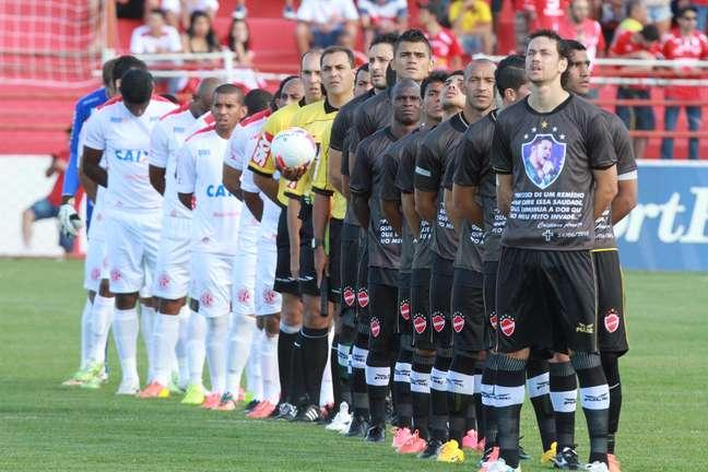 Jogadores do Vila Nova entraram em campo com camisa que homenageava Cristiano Araújo