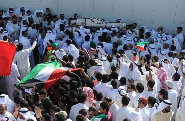 Corpos das vítimas do ataque sendo carregados no Kuwait
