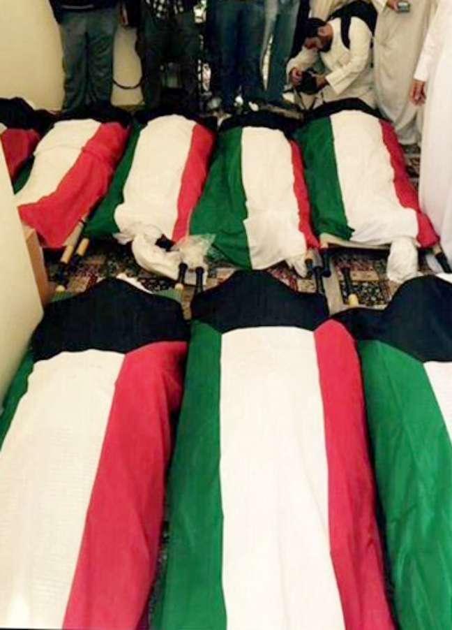 Caixões das vítimas com bandeira do Kuwait