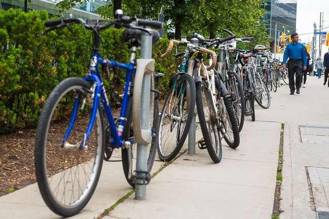 Calçadas de Toronto são forradas com bicicletas