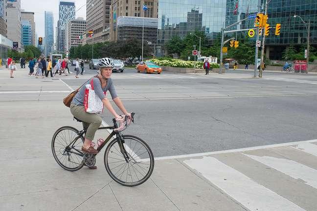 Habitantes de Toronto usam bicicleta para se locomoverem