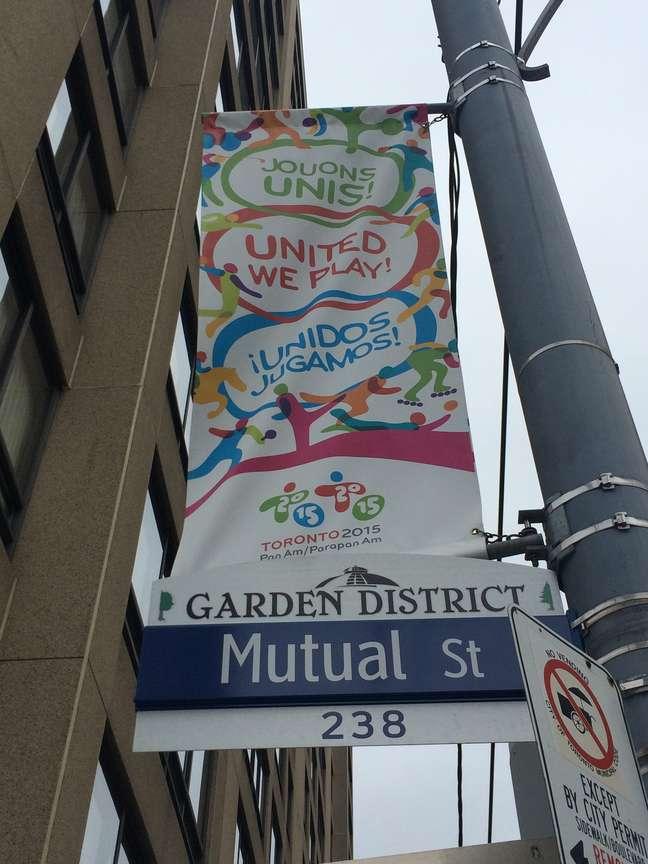 Pelas ruas de Toronto, cartazes sobre o Pan são espalhados