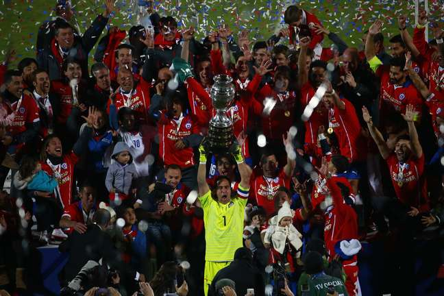 Com familiares, jogadores levantam a taça da Copa América. TV chilena perdeu o momento