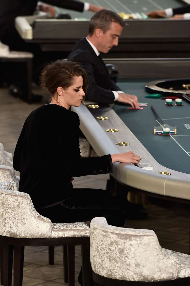 Kristen Stewart também fez figuração como se estivesse jogando no cassino proposto por Karl Lagerfeld