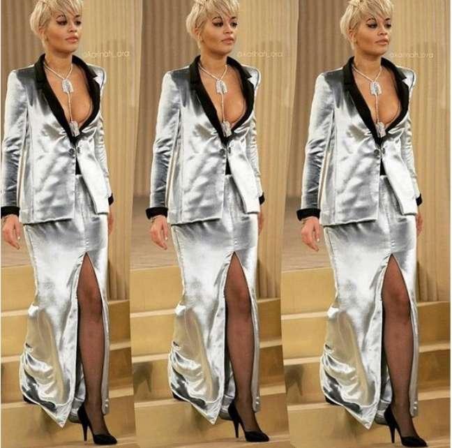 Rita Ora vestiu look prateado com decotão e fenda