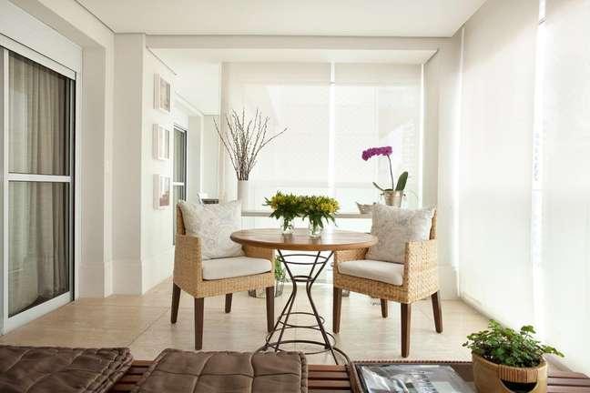 Essa varanda clean destaca a iluminação natural abundante. Projeto de Liliana Zenaro