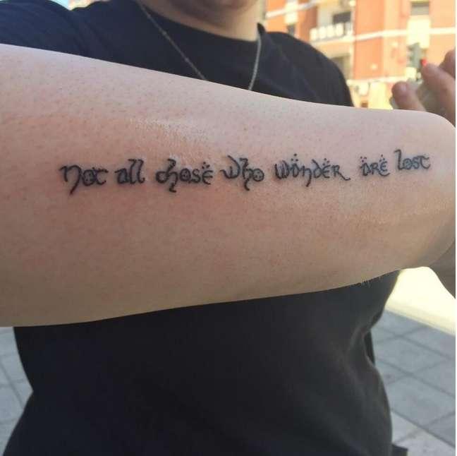 """""""Not all those who wander are lost"""" (""""Nem todos aqueles que vagueiam estão perdidos""""), de O Senhor dos Anéis, de J.R.R. Tolkien"""